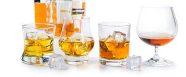 Starker Alkohol trinkt - Whisky, den Bourbon, der auf weißem Hintergrund schottisch ist stockfotografie