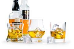 Starker Alkohol trinkt - Whisky, den Bourbon, der auf weißem Hintergrund schottisch ist lizenzfreie stockfotos