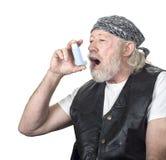 Starker alter Kerl, der einen Inhalator verwendet Lizenzfreie Stockfotografie