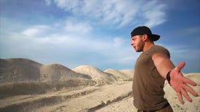 Starker Athlet macht Atemgymnastik in der Natur, er anhebt seine Hände zum Himmel stock video footage