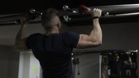 Starker Athlet wird auf Querlatte im Sportverein zuhause hochgezogen stock footage