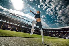 Starker athletischer Frauensprinter, laufend auf dem Stadion, das in der Sportkleidung trägt Eignungs- und Sportmotivation Läufer lizenzfreie stockfotos