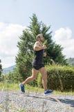 Starker athletischer Mann, der hinunter die Straße, Konzept von gesundem trainiert stockfoto