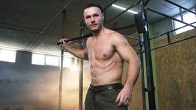 Starker attraktiver Mann, der Übung mit Hammer und Fahrt während crossfit Trainings an der Turnhalle tut stock video footage