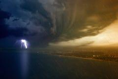 Starker Blitz getroffene Küstenstadt Lizenzfreie Stockfotografie