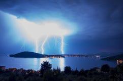 Starker Blitz und Blitze über adriatischem Meer in Kroatien Europa Stockbild