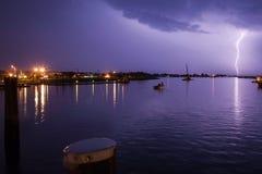 Starker Blitzschlag über Hafen Stockfotos