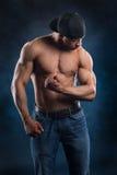 Starker Bodybuilder belastet seine leistungsfähigen Muskeln Stockfoto