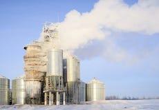 Starker Dampf von den Rohren einer Getreidetrocknungsanlage stockfoto