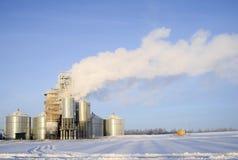 Starker Dampf von den Rohren einer Getreidetrocknungsanlage stockfotos
