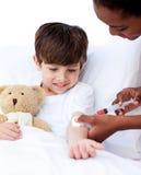 Starker Doktor, der einem Kind eine Einspritzung gibt Lizenzfreie Stockfotos