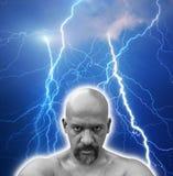Starker furchtloser Mann schlug durch mehrfache Blitze Stockbilder