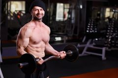 Starker gesunder Erwachsener zerriss den Mann mit den großen Muskeln ausbildend mit b stockfotos