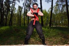 Starker gesunder Erwachsener zerriss die Mannholzfällerarbeitskraft, die im Th steht stockbilder