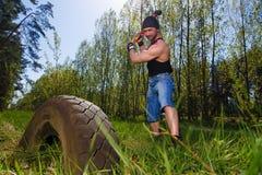 Starker gesunder Erwachsener zerriss Mann mit den großen Muskeln, die Auto tyr schlagen stockbilder