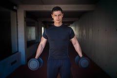 Starker gesunder Mann mit Gewichten lizenzfreies stockbild