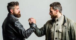 Starker Händedruck Freundschaft von groben Kerlen Schach stellt Bischöfe dar Wahre Freundschaft von reifen Freunden Männliche Fre stockfoto