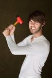 Starker handlicher Mann mit Holzhammer Stockbilder