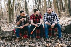 Starker Holzfäller, der Holz hackt Lizenzfreie Stockbilder