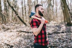 Starker Holzfäller, der Holz hackt Lizenzfreie Stockfotos