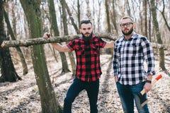 Starker Holzfäller, der Holz hackt Lizenzfreies Stockbild