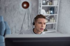 Starker Jugendlicher, der ein Computerspiel spielt Lizenzfreies Stockfoto