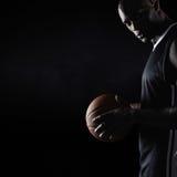 Starker junger Basketball-Spieler stockbild
