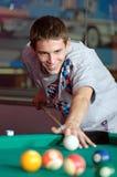 Starker junger Mann, der Snooker spielt Lizenzfreie Stockfotografie