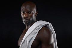 Starker junger muskulöser Mann nach Training Stockfotografie