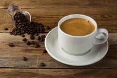 Starker Kaffee auf dem hölzernen Hintergrund Stockbilder