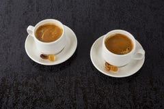 Starker Kaffee auf schwarzem Hintergrund Lizenzfreies Stockfoto