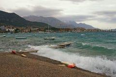 Starker kalter Wind auf adriatischer Küste Montenegro, Bucht von Kotor Lizenzfreies Stockfoto