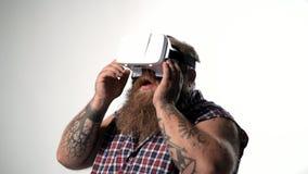 Starker Kerl, der mit vr Kopfhörer unterhält stock video footage