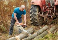 Starker Landwirt mit Kettens?ge stockbilder
