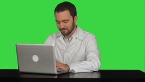 Starker männlicher Doktor, der Laptop an medizinischem verwendet stock video