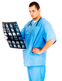 Starker männlicher Doktor, der Röntgenstrahlbild des Gehirns betrachtet Stockbild