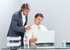 Starker Manager, der seinem Kollegen hilft zu arbeiten Lizenzfreie Stockbilder