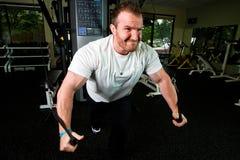 Starker Mann-anhebende Gewichte Stockfotos
