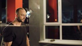 Starker Mann, der Übung mit Dummköpfen im Studio tut 4K stock footage