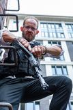 Starker Mann, der Gewehr hält Kriegs-Actionfilm-Art Stockbild