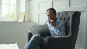 Starker Mann, der mit einem Laptop arbeitet stock footage