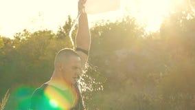 Starker Mann, der vom Kanister mit Wasser sich gießt langsam stock video