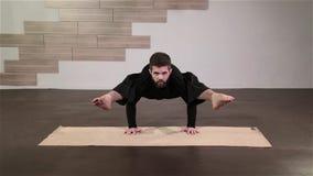 Starker Mann, der Yoga-Übungen tut stock video