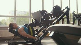 Starker Mann powerlifter auf dem Krafttraining in einer Turnhalle Lizenzfreies Stockbild