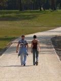 Starker Mann und Mädchen, die in den Park geht lizenzfreies stockfoto