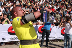 Starker Mann verficht Ligastadium Serbien Stockfoto