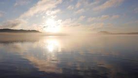 Starker Nebel auf Ladoga See in Karelien Romantischer Sonnenuntergang stock footage