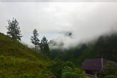 Starker Nebel vom Wasserfall Sipisopyso auf dem Ufer von See zu Stockfotos