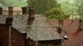 Starker Regen über alten Dächern I stock video