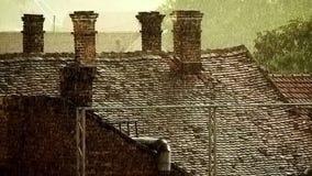 Starker Regen über alten Dächern II stock footage